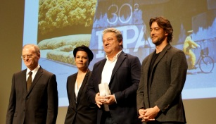 La statuette du meilleur scénario dans une série revient à Aurélien Molas, Valentine Milville et José Caltagirone pour Crime Time, Hora de Perigo.