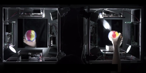 Haptoclone, Yasutoshi Makino - Développé par Yasutoshi Makino, Haptoclone propose de recréer en hologramme des objets du quotidien. Grâce à différents procédés de mouvements et de modélisation, le programme transforme nos perceptions visuelles et sensorielles.