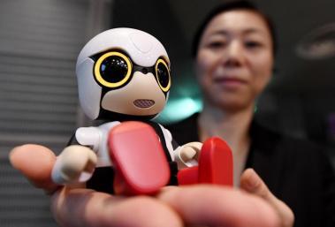Kirobo, Toyota - Le petit robot de Toyota utilise la technologie des bots pour converser avec son interlocuteur. Il mémorise progressivement les caractéristiques de son propriétaire et arrive ainsi à converser avec lui. Ce petit compagnon peut aussi nous donner des informations sur un restaurant dans le coin ou les meilleurs films du moment.